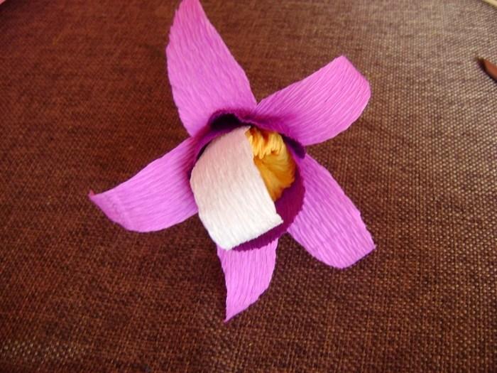 Орхидея из гофрированной бумаги (11)