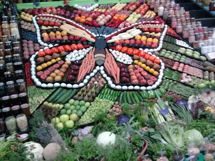 Красивые раскладки овощей и фруктов в магазинах (5)