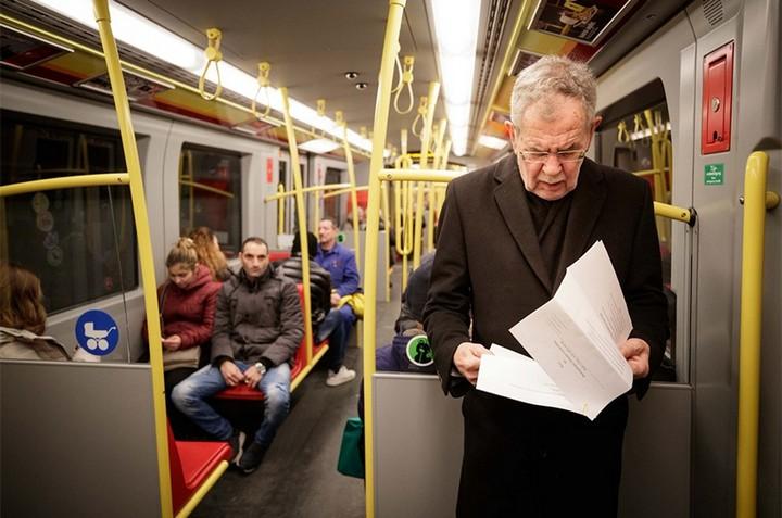 президент Австрии едет на работу в метро