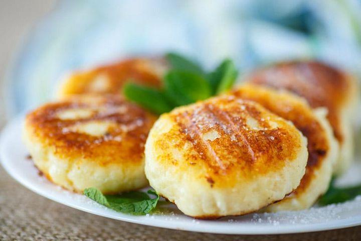 Как приготовить сырники из творожной массы с изюмом (1)